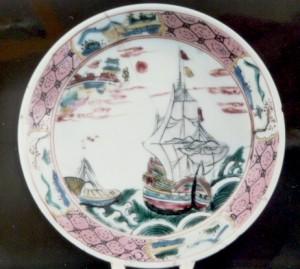 Soucoupe en porcelaine de la Compagnie des Indes à décor maritime, Chine, XVIIIè siècle. Lorient, musée de la Compagnie des Indes.