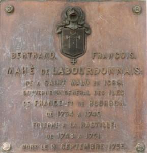 Sur le socle de la statue qui se trouve sur la place d'Armes à Port-Louis (Île Maurice)