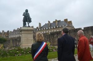 Minute de silence devant la statue de Mahé de La Bourdonnais le 15 juin 2015 à Saint-Malo
