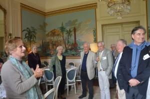 Mme Chauveau accueille les invités au dîner